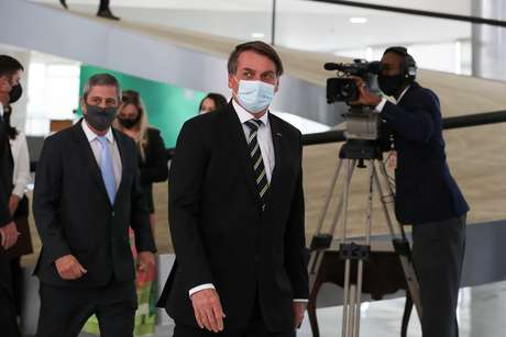 """Bolsonaro volta a desdenhar do vírus: """"É igual a uma chuva"""""""