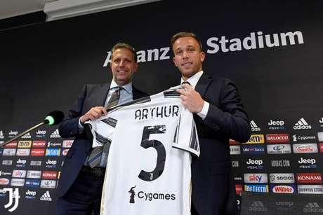 Arthur recebeu a camisa 5 da Juve (Foto: Divulgação/Juventus)