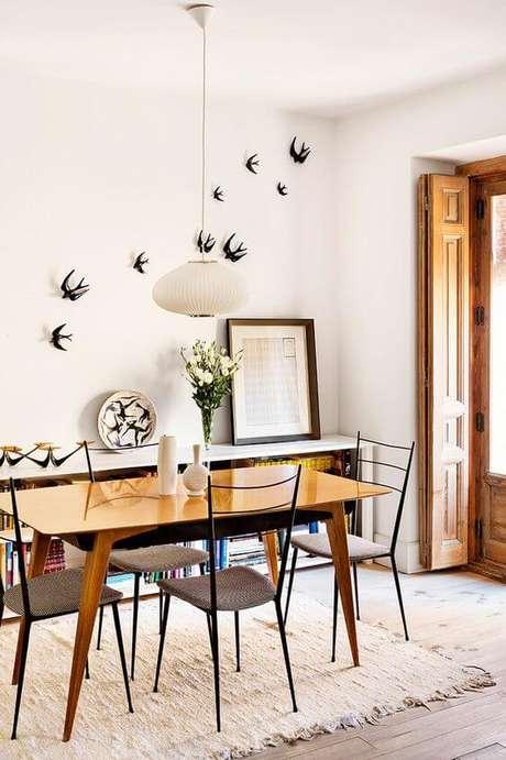 15. Mesa pé palito com cadeiras de ferro – Via: Revista Ad