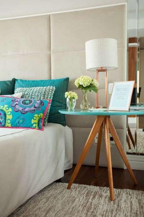 16. Mesa lateral pé palito ao lado da cama – Via: Pinterest