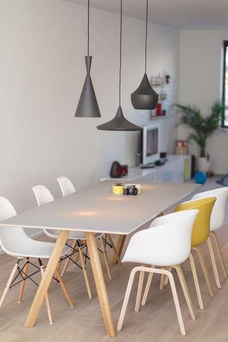 24. Sala com mesa pé palito e cadeiras com pé palito – Via: Pinterest