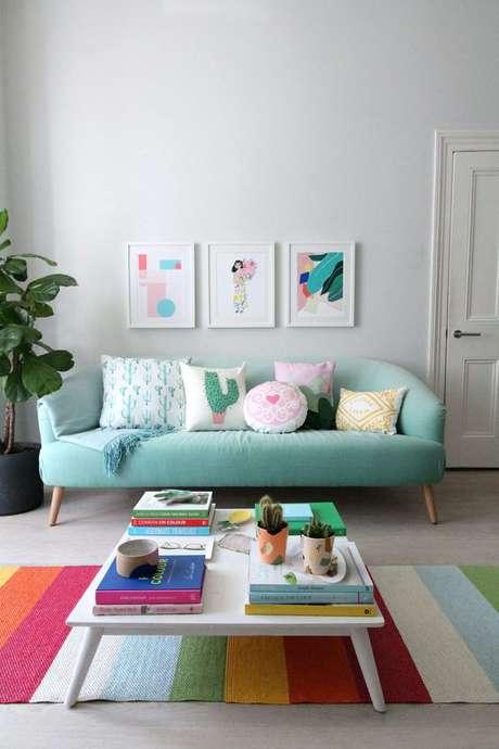 9. Mesa pé palito com detalhes coloridos na decoração – Via: Little Big Bell