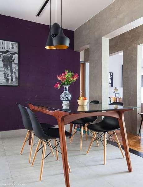 31. Mesa pé palito e cadeiras na sala moderna – Via: Histórias de Casa