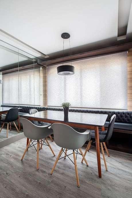 32. Mesa pé palito e cadeiras modernas – Via: Rubiam Vieira Interiores