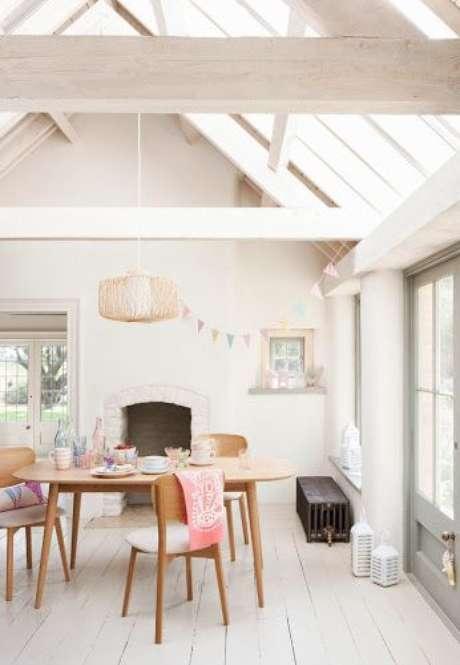 36. Mesa pé palito madeira no ambiente clean – Via: Pinterest