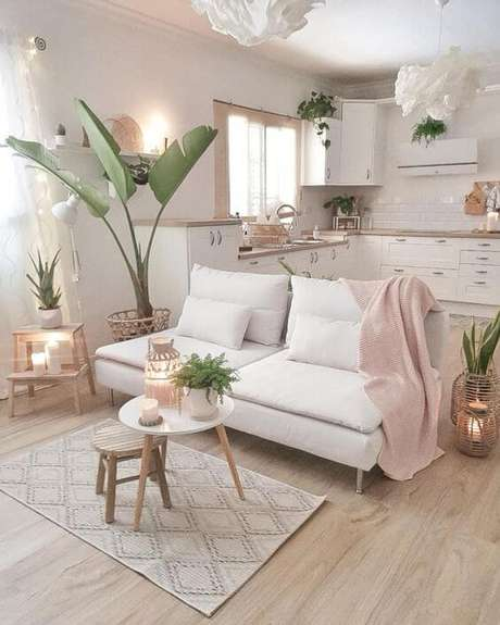 41. Mesa pé palito no centro da sala de estar clean – Via: Home Happy