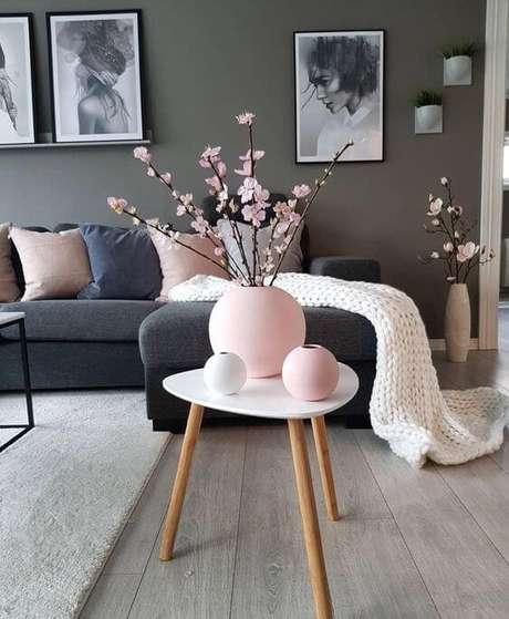 45. Mesa pé palito com vaso decorativo – Via: Pinterest