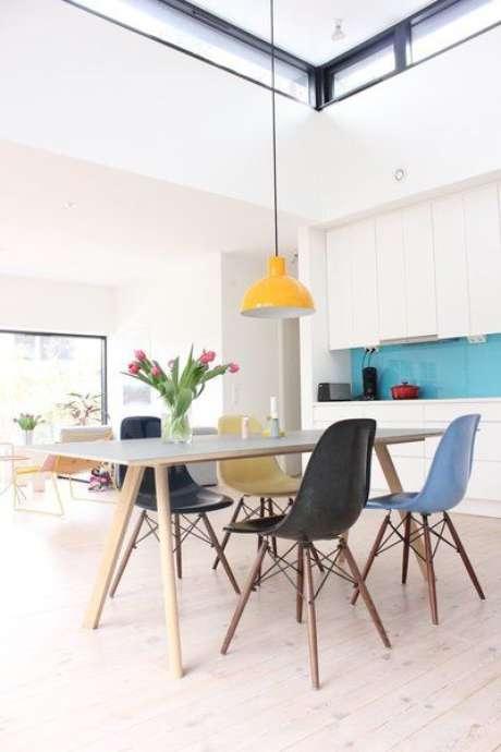3. Mesa pé palito com cadeira eames em tons de azul – Via: Solebich