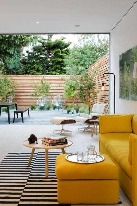 51. Sala com sofá amarelo e mesa pé palito de centro – Via: Decostore