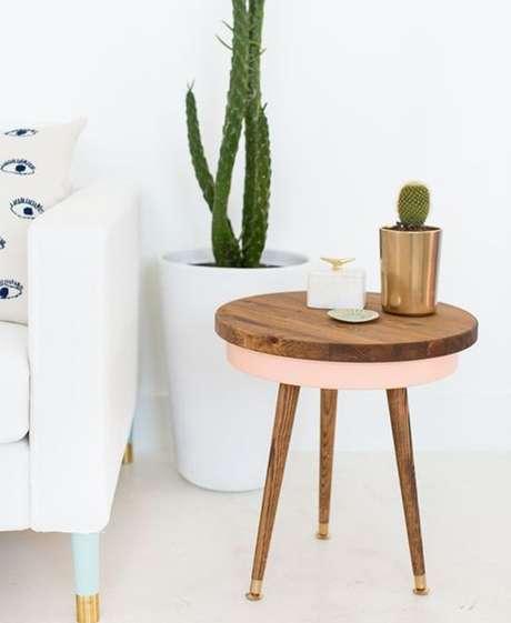 54. Sofá branco com mesa pé palito rosé – Via: Pinterest