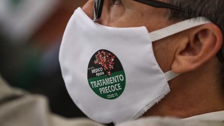 Diversos médicos presentes em evento no Planalto usavam máscara que diz: 'Sou médico Apoio tratamento precoce'
