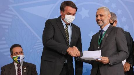 O anestesiologista Luciano Azevedo entregou carta a Bolsonaro afirmando que 'Brasil Vencendo a Covid-19 já é uma história real de vitória'