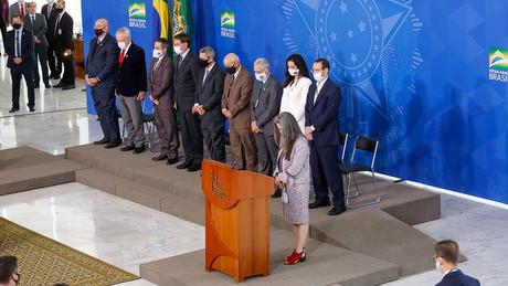 Ao fim de seu discurso, a médica Raissa Soares pediu um minuto de silêncio para vítimas da covid-19 no país
