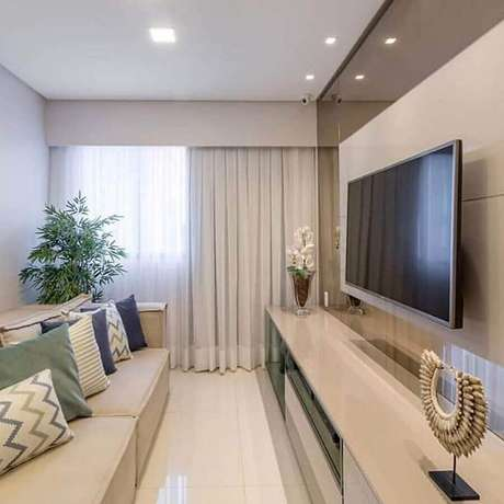 11. Decoração clean com suporte para TV na parede de sala pequena – Foto: Behance