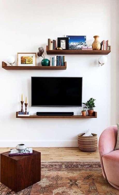 14. Decoração simples com TV na parede com prateleiras – Foto: Casa de Valentina