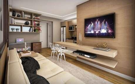15. Sala planejada moderna com TV na parede – Foto: Apartment Therapy