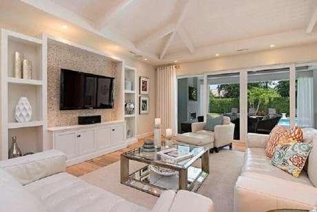 17. Decoração clássica e sofisticada para sala com TV na parede – Foto: Houzz