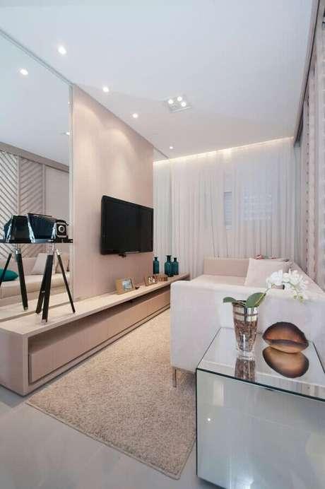 18. A TV na parede é uma ótima solução de otimização de espaço em salas pequenas – Foto: Arq. Carol França