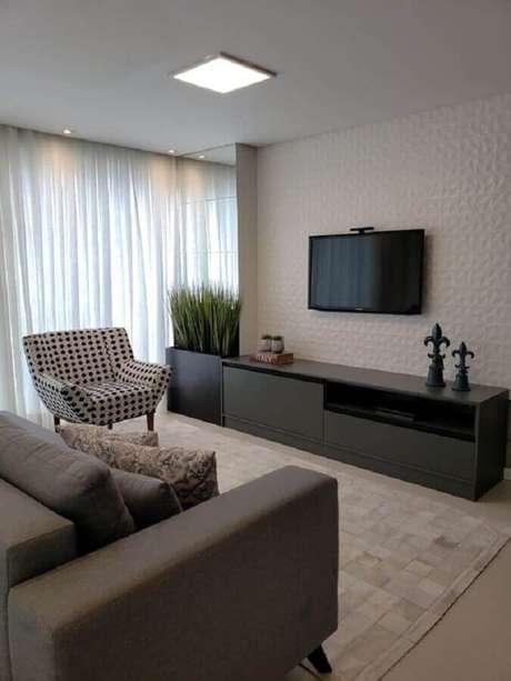 19. Decoração de sala cinza e branca com TV na parede com revestimento 3D – Foto: Pinterest