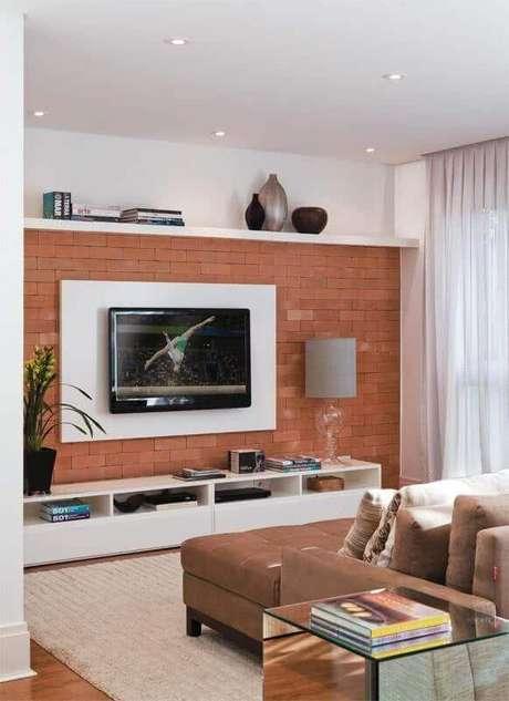 20. Sala decorada com suporte para TV na parede de tijolinho à vista – Foto: Viajando no Apê