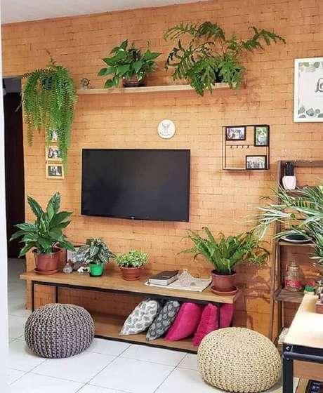 21. Decoração simples de sala com TV na parede de tijolinho à vista – Foto: Casa de Valentina