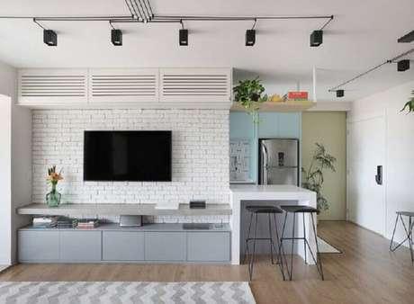 24. Decoração de sala com TV na parede e rack planejado moderno – Foto: Pinterest