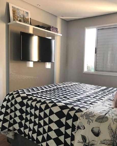 27. Decoração com TV na parede do quarto cinza com painel planejado – Foto: Dicas de Mulher