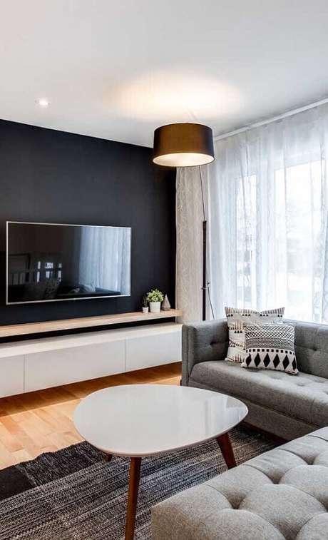 30. Decoração de sala com TV na parede preta e sofá de canto cinza – Foto: Home Fashion Trend