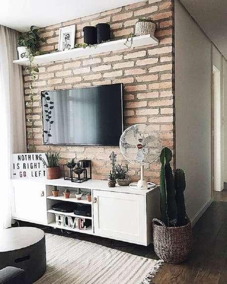 3. Charmosa sala pequena decorada com TV na parede de tijolinho à vista – Foto: Casa de Valentina