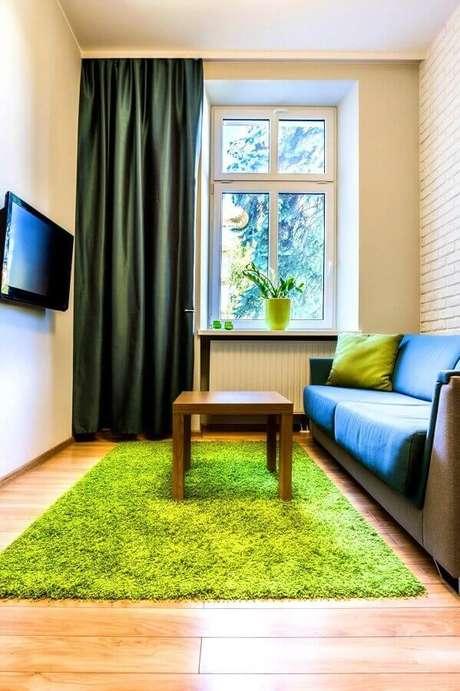 38. Decoração simples para sala com TV na parede – Foto: Jeito de Casa
