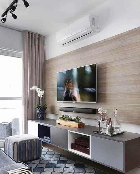 40. Sala pequena moderna decorada com suporte para TV na parede – Foto: Pinterest