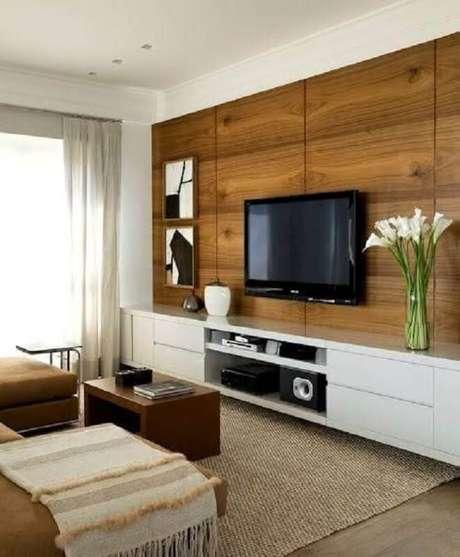 41. Suporte para TV na parede de sala decorada com rack branco – Foto: DecoStudio