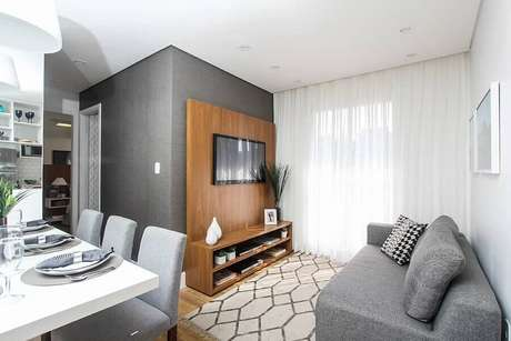 5. Suporte para TV na parede de sala pequena cinza – Foto: Jeito de Casa