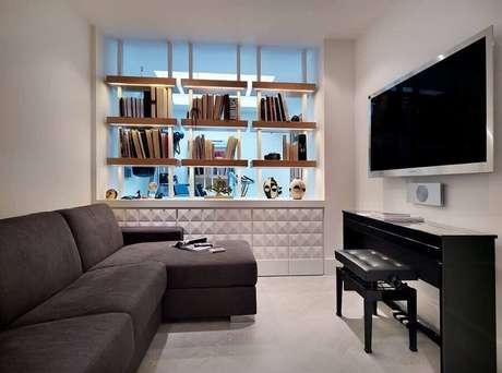 42. TV direto na parede de sala minimalista com sofá cinza com chaise – Foto: Houzz