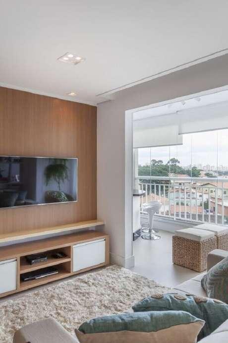 47. Decoração de sala com TV na parede e tapete felpudo bege – Foto: Arquiteta Ana Medeiros