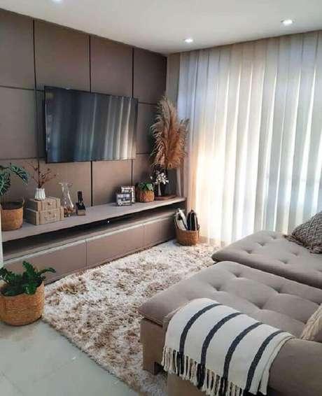49. Invista na decoração de sala com TV na parede para uma casa mais moderna – Foto: Histórias de Casa
