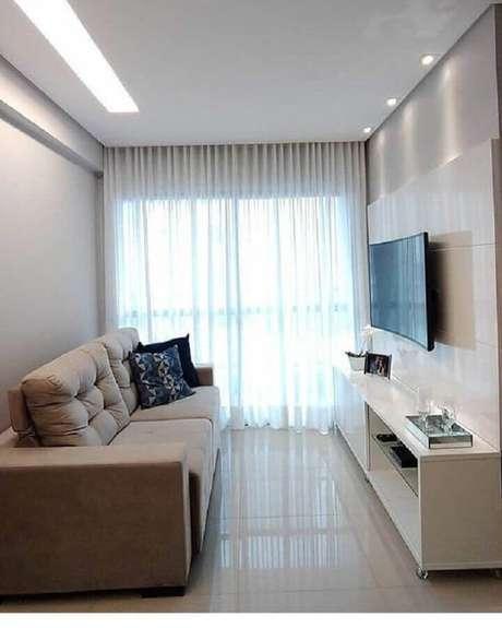 50. Sala simples decorada com suporte para TV na parede – Foto: Artlux Cortinas e Persianas