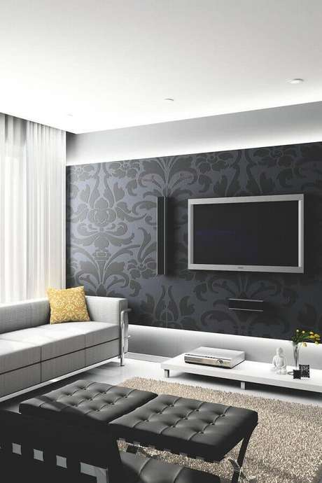 52. Decoração de sala moderna com TV na parede com papel de parede preto clássico – Foto: Pinterest