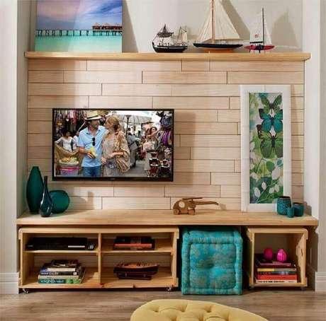 54. Sala simples decorada com TV na parede – Foto: Pinterest