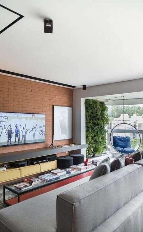 56. TV direto na parede de tijolo à vista de sala planejada moderna – Foto: Futurist Architecture