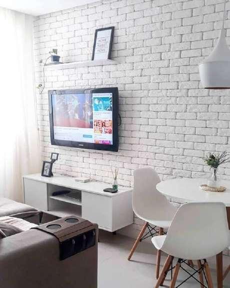 57. Decoração de sala branca pequena e simples com TV na parede sem painel – Foto: We Heart It