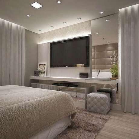 9. TV na parede do quarto cinza om decoração moderna – Foto: Jeito de Casa