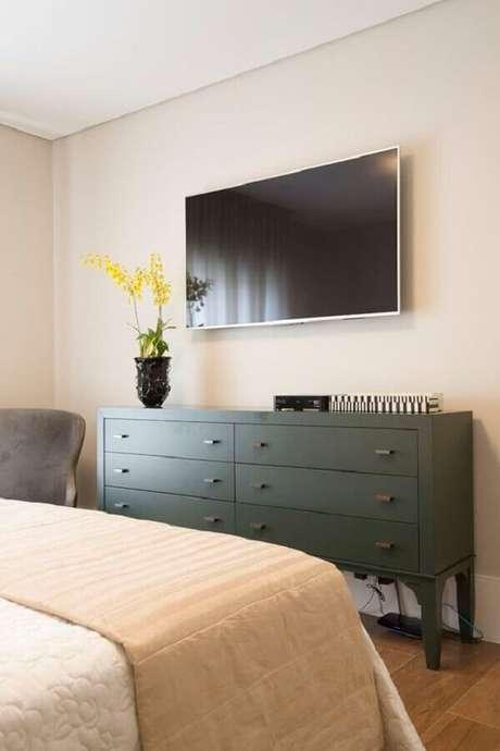 58. TV na parede do quarto decorado com cômoda verde escuro – Foto: Pinterest