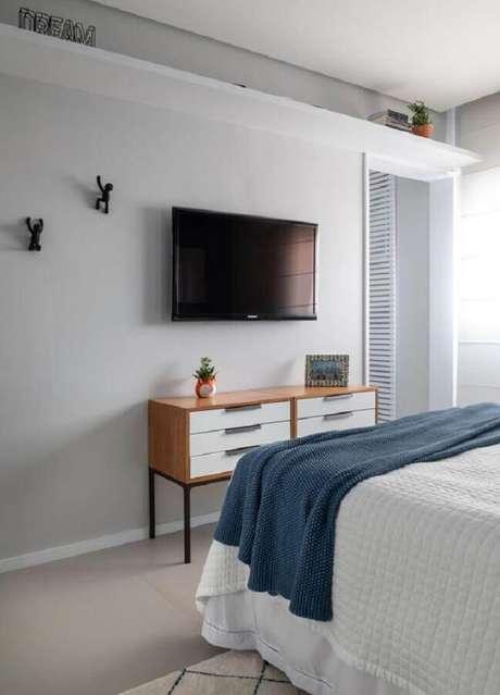 59. Decoração minimalista com TV na parede do quarto – Foto: Mariana Carvalho Arquitetura