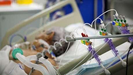 Centenas de pacientes incluídos no estudo estavam em estado grave — precisando, por exemplo, de auxílio de oxigênio ou ventilação mecânica