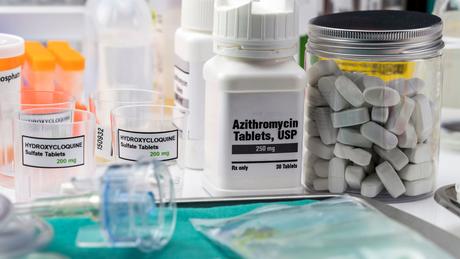 A azitromicina foi testada em estudo clínico brasileiro somada ao tratamento padrão, que incluía também a hidroxicloroquina