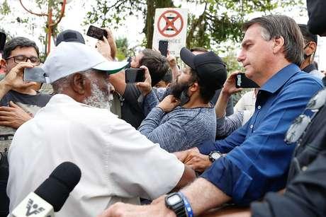 Bolsonaro conversa com populares em Eldorado, interior de SP