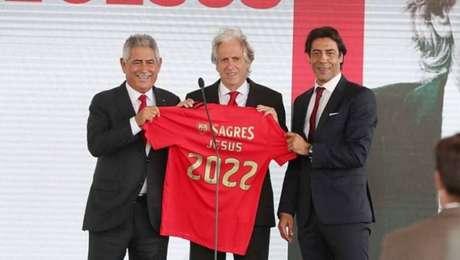 Luís Filipe Vieira e Rui Costa na apresentação de Jorge Jesus como novo técnico do Benfica (Foto: Divulgação/Benfica)