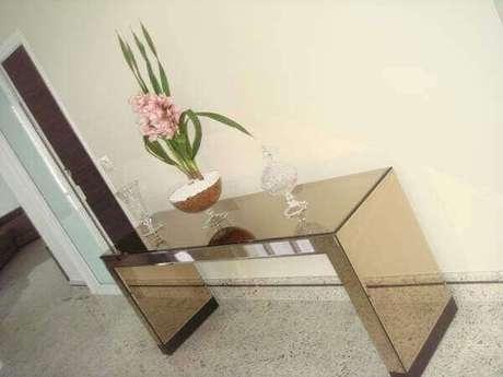 3- O aparador espelhado bronze é um móvel sofisticado e moderno. Fonte: Espaço Vidro