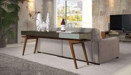2- O aparador espelhado bronze posicionado atrás do sofá é utilizado como bar. Fonte: Pinterest